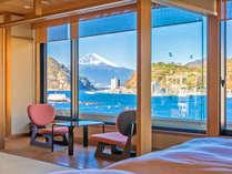 【半露天風呂付和洋室12畳「花・海」】三津浜の海と駿河湾越しの富士山という絶景をご覧いただけます。