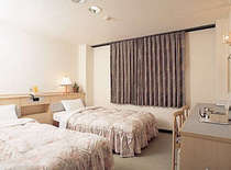 ツイン1室=セミダブルベッド2台=3~4名素泊まり