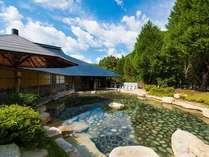 『源泉かけ流し大露天風呂』男女合わせて11の浴槽があり一度に500名が入浴可。利用時間6:00~22:00