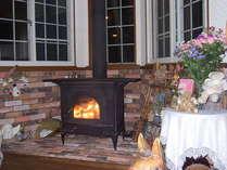 薪ストーブの炎を眺めながら、お酒などの飲みながら時間を過ごそう