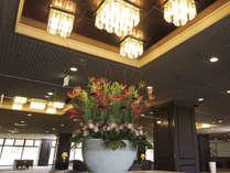 【エントランス】郷愁が感じられるエントランスロビーを飾る大花瓶