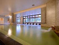 【大浴場】彩りが窓からこぼれる湯の空間