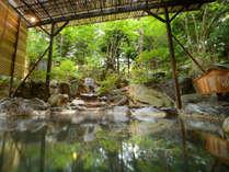 【露天風呂】岩の割れ目から流れでる温泉を感じて。