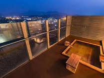 最上階の展望露天。阿蘇の星空と、阿蘇五岳から登る朝日を眺めながら至福の温泉タイムを体感。