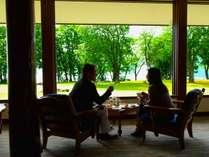 【おとなのとわだ時間】ラウンジで十和田湖を眺めながらのティータイム