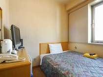セミダブルのベッド採用を採用したシングルルーム。♪ダブル利用も可能。