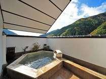 【貸切露天風呂・ひのきの湯】遠くまで続く山々を望む