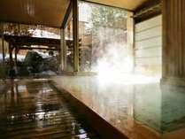 【大浴場内湯】内湯であたたまった後は露天の風を浴びる。