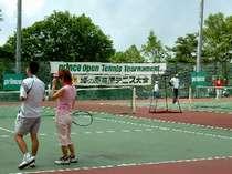 爽やかな高原の新調なったオムニコートでテニスをしよう。