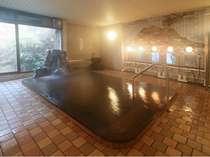天然温泉大浴場です。温泉は加水、加温なしの源泉100%かけ流しの塩化物温泉です。
