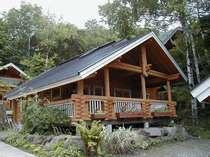 ログハウスの貸別荘は各棟に貸切の露天風呂付