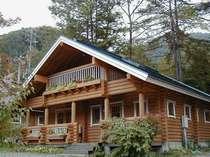 ログハウスの貸別荘は各棟に貸切の露天風呂付き