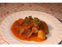 肉料理の一例。豚バラ肉と香味野菜の煮込み。とろとろのお肉がおいしい料理です。