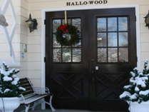 冬の玄関ドァはリースを飾って華やかにお出迎え。