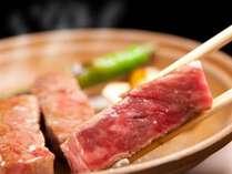 ≪霜降り甲州牛の陶板焼き≫霜降りの脂の甘い味が口いっぱいに広がります