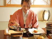 ≪お部屋食イメージ≫誰にも気兼ねせず、水入らずでお部屋でのんびりお食事を…。