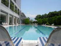 ≪屋外プール≫温泉リゾートで楽しむプールサイドの休日を