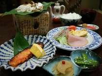 飛騨の郷土料理「朴葉みそ」も並ぶ朝食をどうぞ。