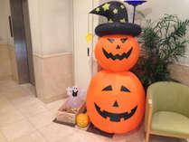 ☆Happy Halloween☆ロビーに大きなジャックランタン登場!お菓子もプレゼント中♪