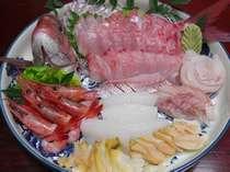 「丸ごと一匹」プランの一例。真鯛の姿造りにあおりいか、ニシ貝、甘エビ、平目など♪。