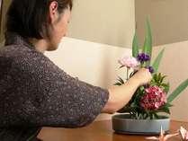 女将さんがお花の手入れをしています