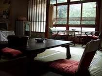 長寿・家庭円満を願ってかけられる「高砂」の掛け軸のかかるお部屋