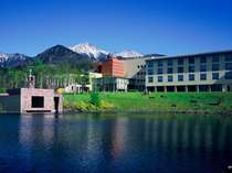 からまつ湖からホテル越しの雄大な八ヶ岳連峰