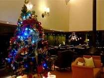 ロビーには華やかなクリスマスツリーが飾られます。