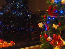 ロビーにはクリスマスツリーが飾られています。夜になるとガラスに映し出され、幻想的です。