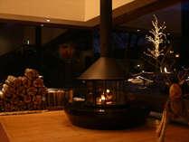ロビーの暖炉で温まりながら...外のイルミネーションもきれいです。