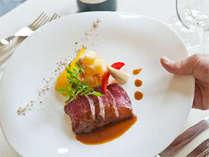 お食事のひと時はとても優雅な気分♪スマートにお料理が運ばれてきます。