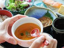 朝日たっぷり降り注ぐレストランで高原の和朝食。ほうとう入り茶碗蒸しは絶品!