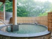 空と緑を感じながら温泉露天風呂でゆったりと