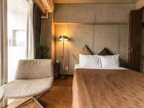 ダブルベッドルーム24平米 ベッド横にはクローゼットも