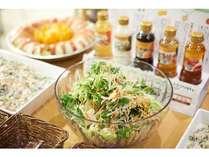 有機野菜のサラダに、スーパーホテルオリジナル体に優しいドレッシング☆