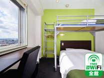 【スーパールーム】ダブルベッドの上にシングルサイズのロフトベッド付き