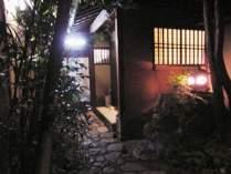 門を入ればそこは京風の趣が・・・