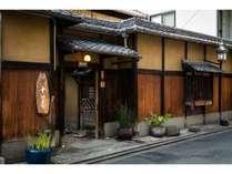 国の登録有形文化財指定の築110年の建物。塀は京都市の歴史的意匠建造物に指定されています。