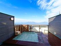 当館の最上階に位置する露天風呂「浮雲‐うきぐも‐」雄大な上州連山を一望!当館の名所です。