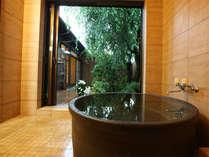 【桜の間】源泉かけ流しの半露天風呂が付いた純日本風な和洋室のお部屋です