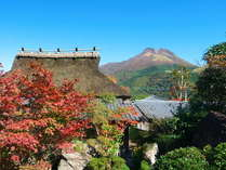 由布岳を望み、湯布院でも珍しい茅葺き屋根の母屋。古き良き和の趣きを残す館内はタイムスリップしたよう。