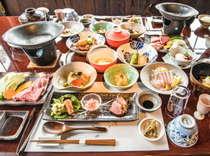 """「大地の恵・和会席」のメインは""""じゅっわ~っ""""と肉汁溢れる黒毛和牛と地鶏の陶板焼きです!"""