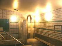 【大浴場】打たせ湯は強力な水流が肩や首のこりをほぐし短時間でマッサージ効果が得れます。