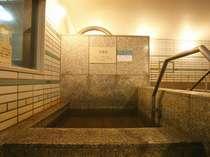 【大・小浴場】水風呂は天然温泉をそのまま利用しているので温泉の成分が体に有効に働きます。