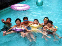 天然温泉を使った温水プールが楽しめるよ♪(※夏季期間限定です)