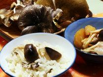 【夕食一例】地場産きのこの炊き込みご飯◆天然物にこだわっているので、素材の味を贅沢に堪能できます。