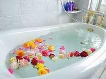 【バラ風呂オプション(別料金)】室内のバスタブや内湯で楽しむバラ風呂(1週間前までの申し込みが必要)