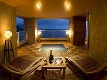 海を眺める最上階に110平米の貸切露天風呂、月光が海に差し込む夜も素敵