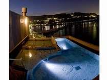 【望洋露天風呂】港町の小さな夜景も眺められる