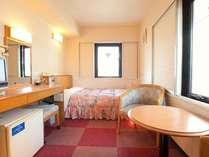 別館・カップル用シングルの一例です。シングルルームの2名様利用の為、手狭です。